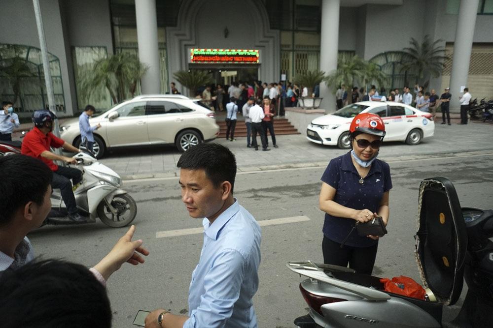 Lượng người xếp hàng khá đông trên phố Tông Đản đã thu hút sự chú ý của người qua lại trên phố này. Một số hỏi để biết, một số người khi biết có bán tiền lưu niệm liền gửi xe để vào mua.