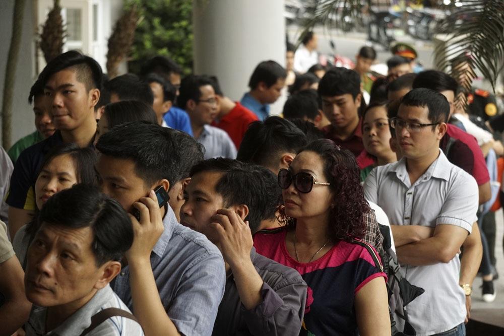 Liên tục có gần trăm người xếp hàng ở cổng sau Ngân hàng Nhà nước Việt Nam chờ mua tiền lưu niệm, nhiều người đến từ 7 giờ sáng do tâm lí ngại đông sẽ mất thời gian hơn.