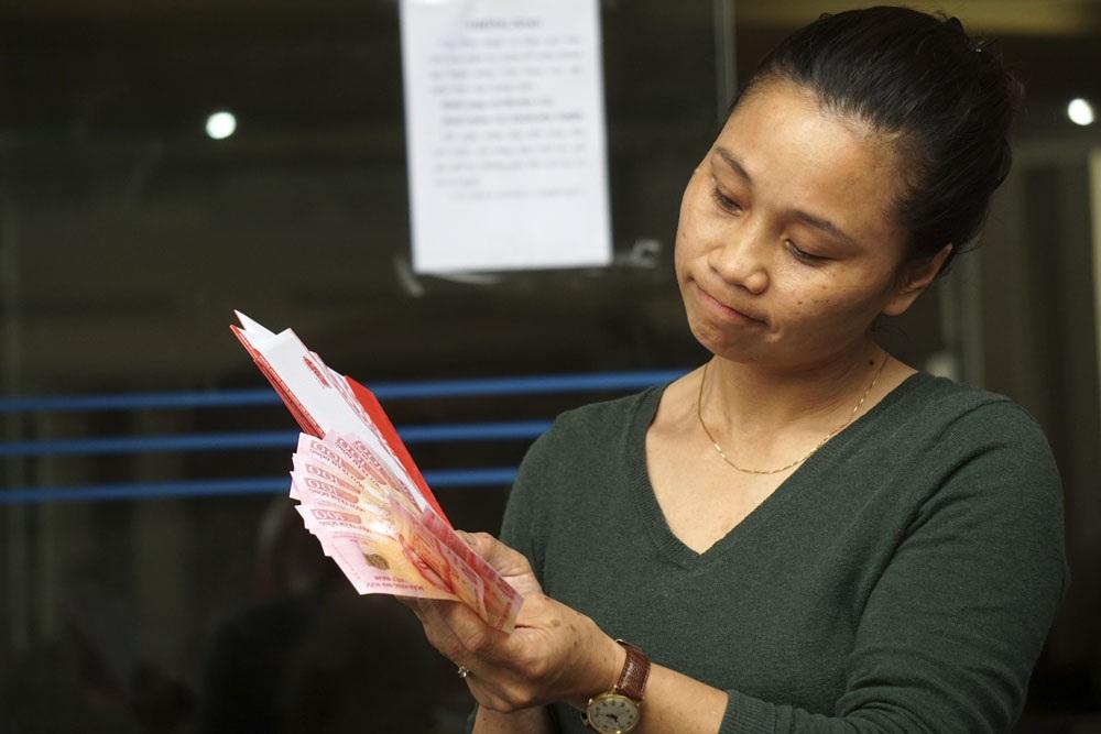Chị Nguyễn Hồng Hạnh là người rất thích mua những loại tiền của các nước để sưu tầm cũng vừa mua được 25 tờ tiền lưu niệm đợt này.