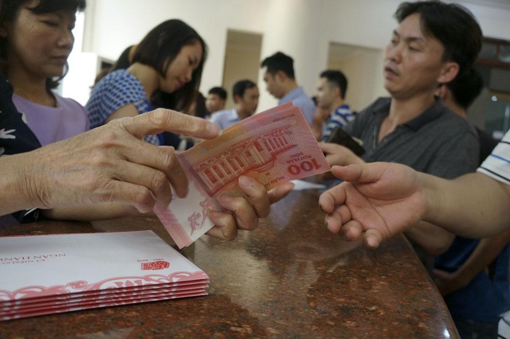 Đây là loại tiền mệnh giá 100 đồng nhưng không có giá trị thanh toán, lưu thông được phát hành để kỉ niệm 65 năm thành lập Ngân hàng Nhà nước Việt Nam (6/5/1951 - 6/5/2016) có giá bán 20 nghìn đồng/tờ.