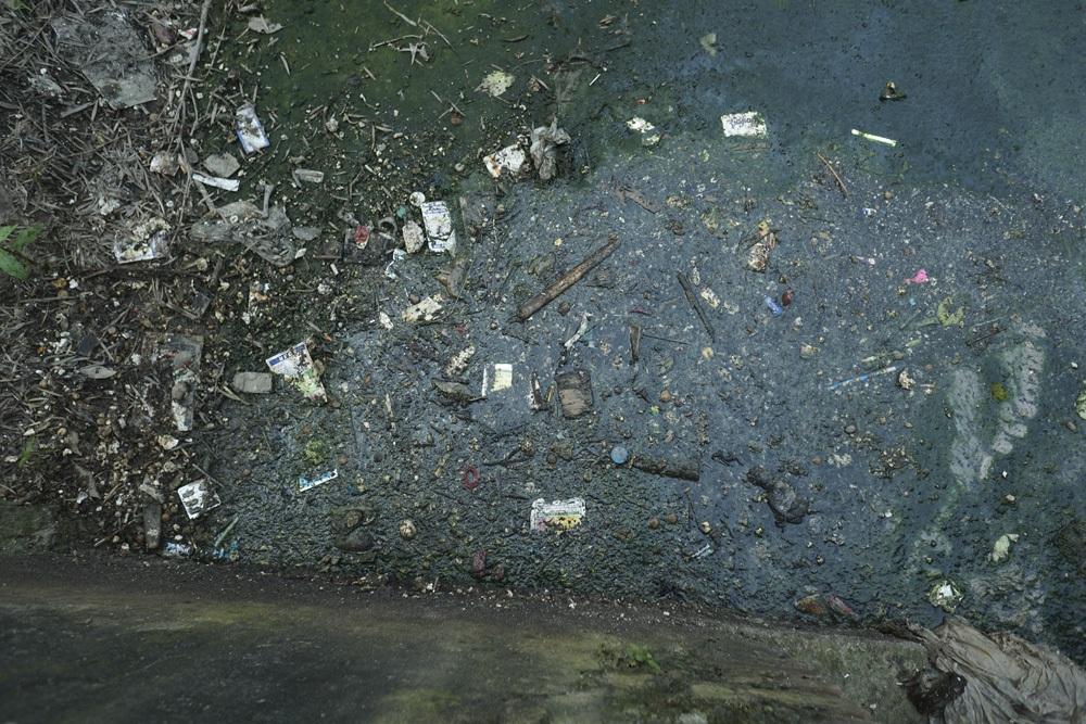 Vỏ bao bì thuốc BVTV đã qua sử dụng vứt bừa bãi dưới kênh nước cạnh đồng ruộng.