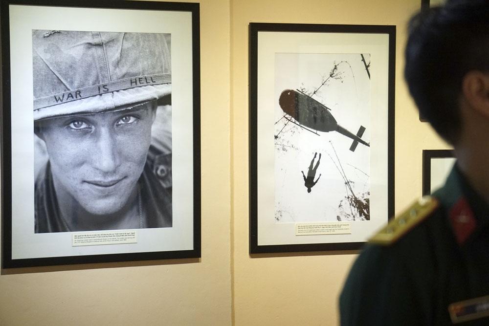 Những khoảnh khắc lột tả sự khốc liệt của chiến tranh của các phóng viên AP khiến nhiều người xem đứng rất lâu trước mỗi bức ảnh.