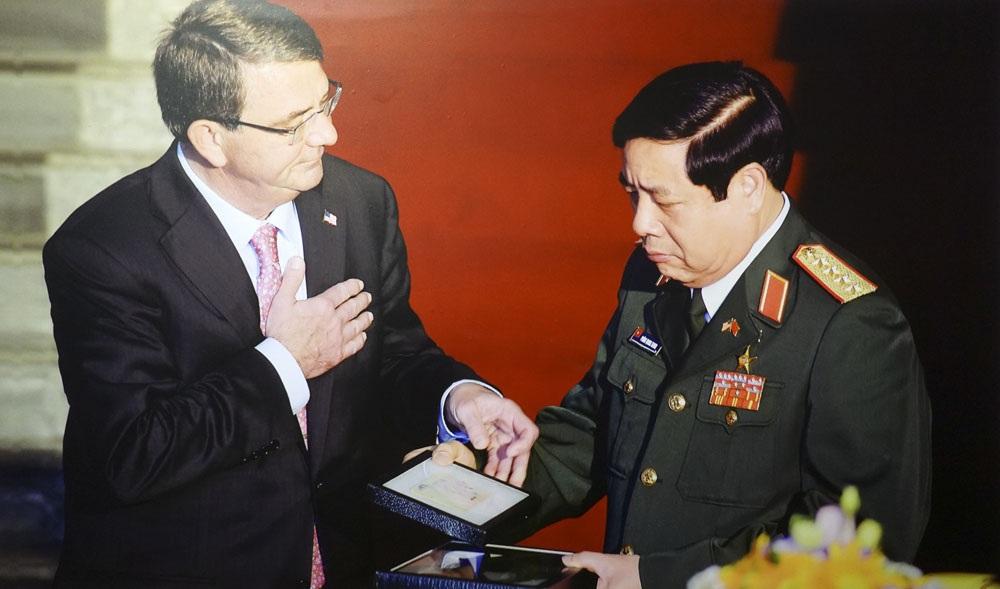 Ngày 31/5/2015 Bộ trưởng Bộ Quốc phòng Hoa Kỳ Ashton Cater trao cho Bộ trưởng Bộ Quốc phòng Việt Nam Phùng Quang Thanh một số kỷ vật của bộ đội Việt Nam trong chiến tranh.
