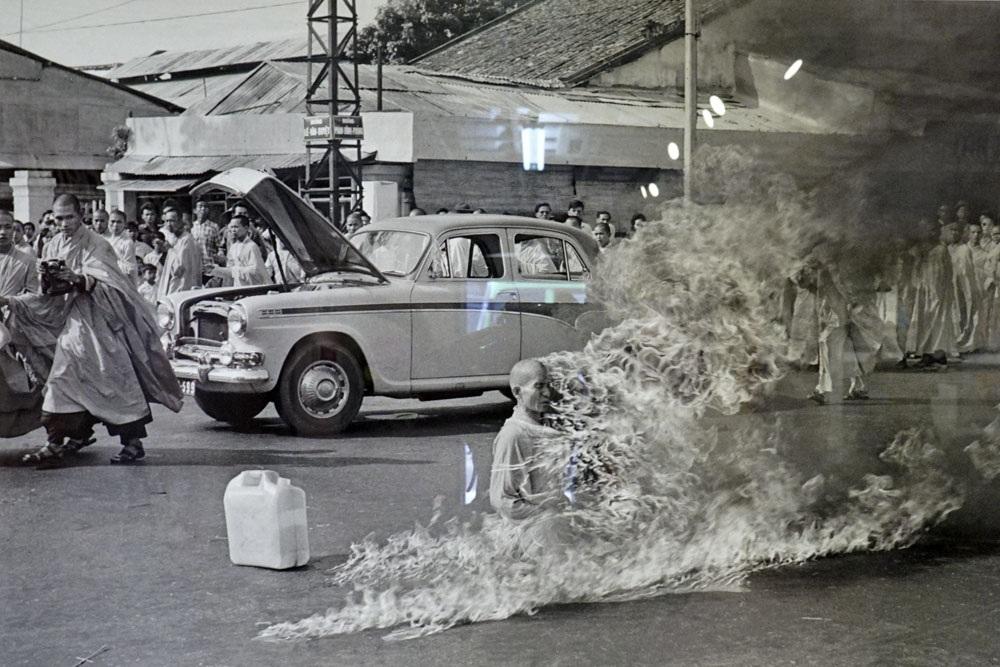 Bức ảnh Nhà sư Thích Quảng Đức tự thiêu trên đường phố Sài Gòn để phản đối sự đàn áp Phật giáo của chính quyền Việt Nam Cộng hòa ngày 11/6/1963. Ảnh chụp của Malcolm Browne.