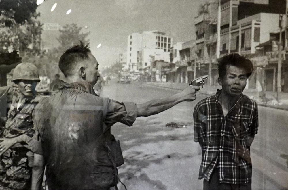 Tướng Trần Ngọc Loan, Tổng trưởng Cảnh sát Việt Nam Cộng hòa dùng súng lục bắn vào đầu Nguyễn Văn Lém người bị tình nghi là Quân giải phóng trên đường phố Sài Gòn vào đầu cuộc Tổng tấn công Tết Mậu Thân ngày 1/2/1968. ẢNh chụp của Eddie Adams.