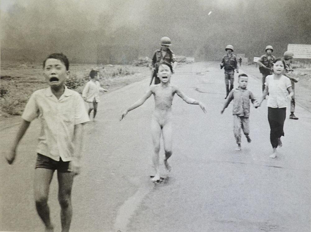 Bức ảnh Em bé Napalm - Kim Phúc 1972 của Nick Út. Bị bỏng nặng trong cuộc tấn công bằng bom Napalm, trẻ em chạy kêu cứu gào thét dọc đường 1 gần Trảng Bàng, phía sau là lính Sư đoàn 25 của Việt Nam Cộng hòa. Cô bé Kim Phúc, 9 tuổi (ở giữa) đã cởi quần áo bị cháy trong khi chạy trốn.