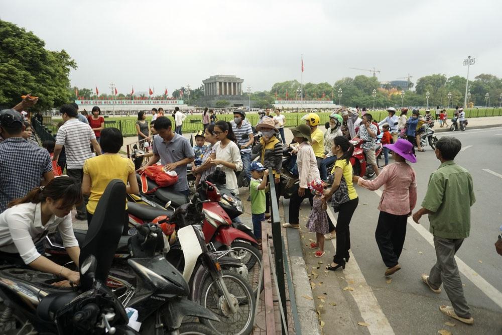 Điểm gửi xe đầu đường Độc Lập lúc 9h không còn chỗ trống, trong khi đó du khách đổ về mỗi lúc một đông.
