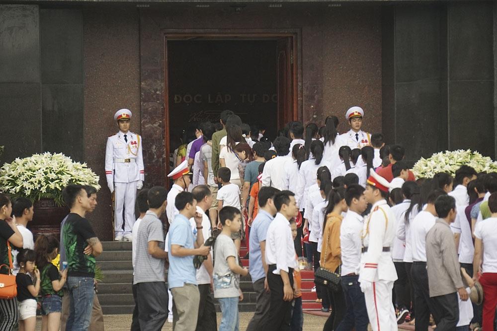 Cửa lăng Chủ tịch Hồ Chí Minh rộng mở đón nhân dân vào viếc Bác.