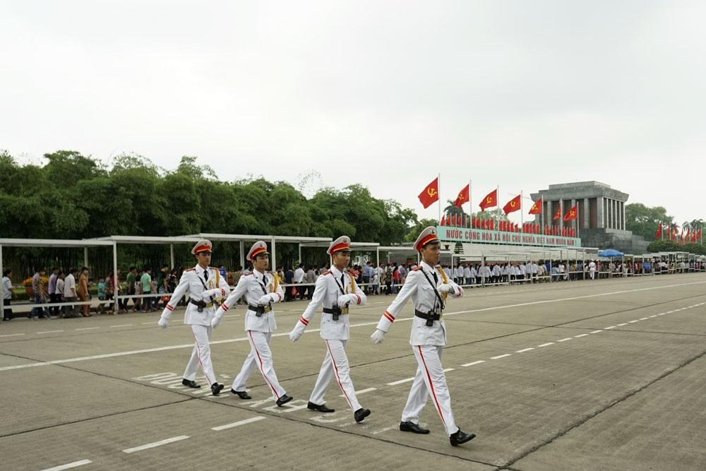 Làm nhiệm vụ bảo vệ khu vực này là các chiến sĩ thuộc Bộ Tư lệnh bảo vệ Lăng Chủ tịch Hồ Chí Minh
