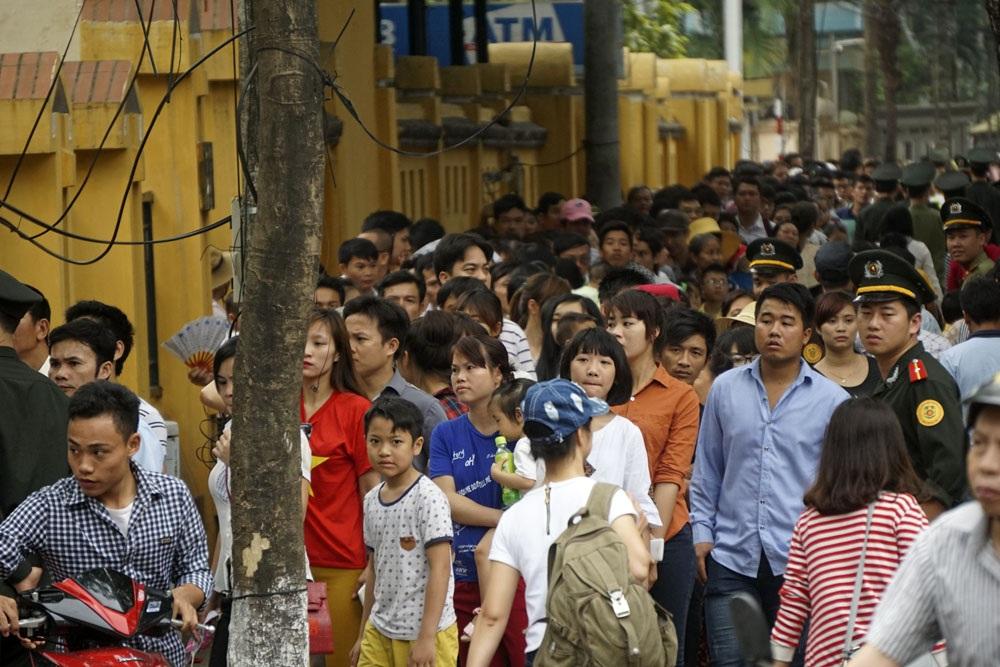 Dòng người xếp hàng vào viếng lăng Bác kéo dài từ đoạn ngã tư đường Hùng Vương - Lê Hồng Phong đến phố Ngọc Hà.