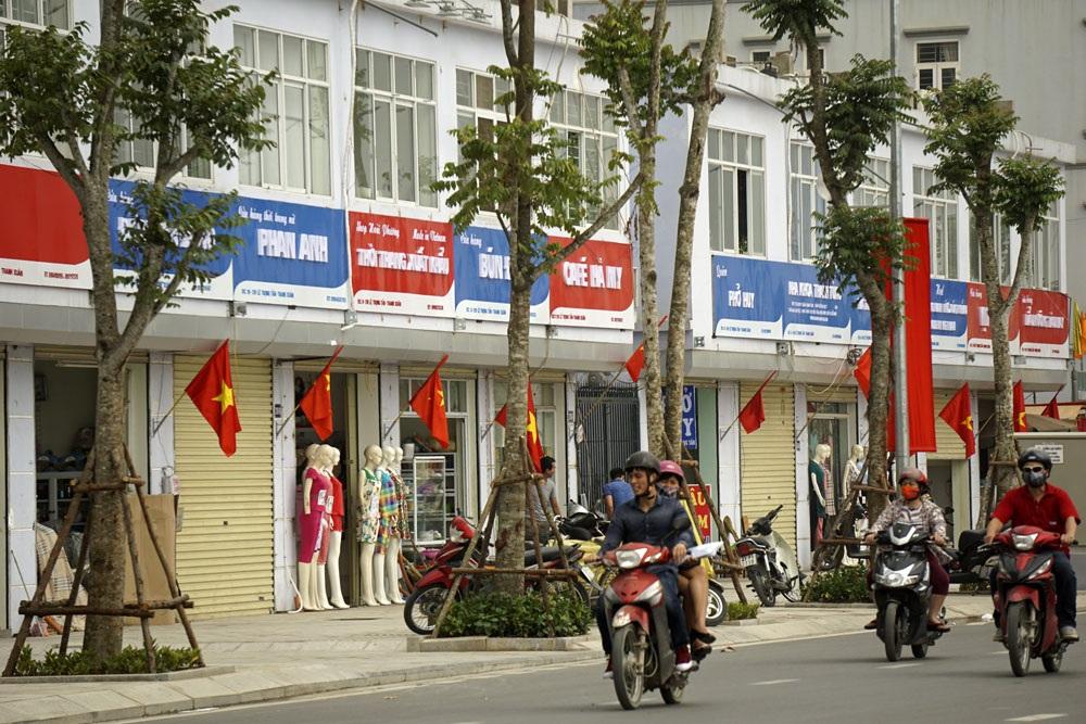 Các biển hiệu quảng cáo mặt phố Lê Trọng Tấn được qui hoạch đồng bộ với màu sắc, chiều cao, kích cỡ tương đồng.