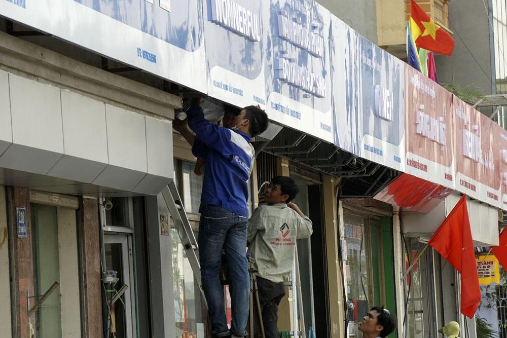 Một vài cửa hàng vẫn tiếp tục gia cố cải tạo phần mặt tiền.