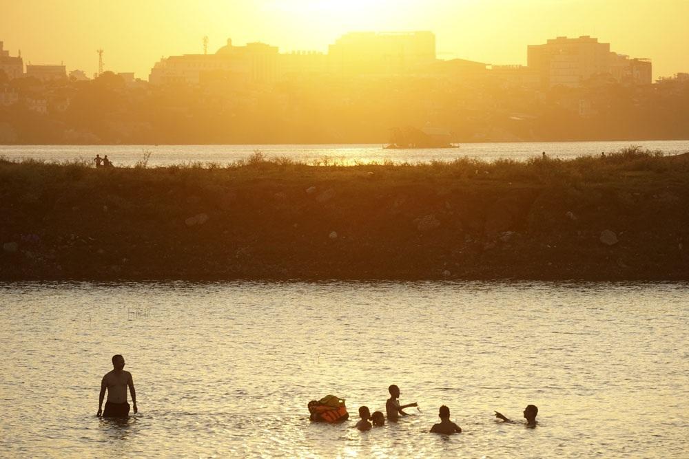 Dưới chân cầu Vĩnh Tuy phía tả ngạn sông Hồng, nhiều bãi bồi tự nhiên thoai thoải phủ cỏ xanh mướt đang trở thành những bãi tắm hấp dẫn người dân đổ về trong những ngày hè nóng nực.