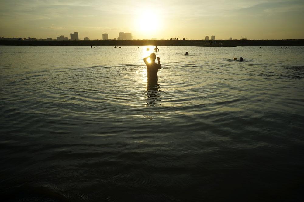 Chiều muộn ở bãi tắm thiên nhiên ở Hà Nội.