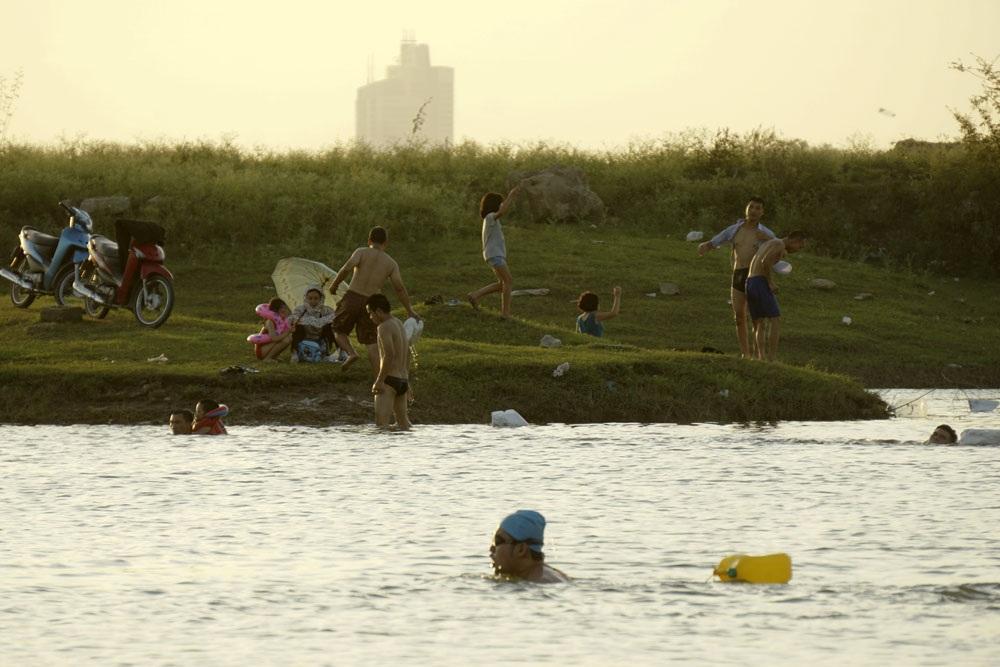 Đặc biệt trong vài ngày gần đây, khi cái nóng trở nên khắc nghiệt, nhiều thanh niên, gia đình và trẻ em kéo về tắm khi mặt trời vẫn còn chưa tắt nắng.