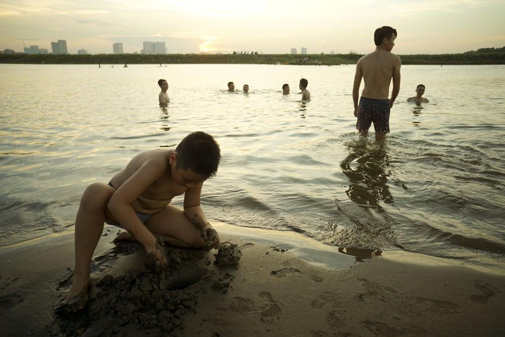 Bãi cát phẳng mịn dưới làn nước trong mát tạo nên hình ảnh một bãi tắm tự nhiên khá hấp dẫn ở Hà Nội.