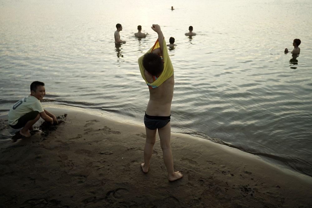 Do địa hình bãi khá bằng phẳng, nhiều gia đình đã cho trẻ nhỏ xuống tắm nhưng có bố mẹ luôn theo sát.