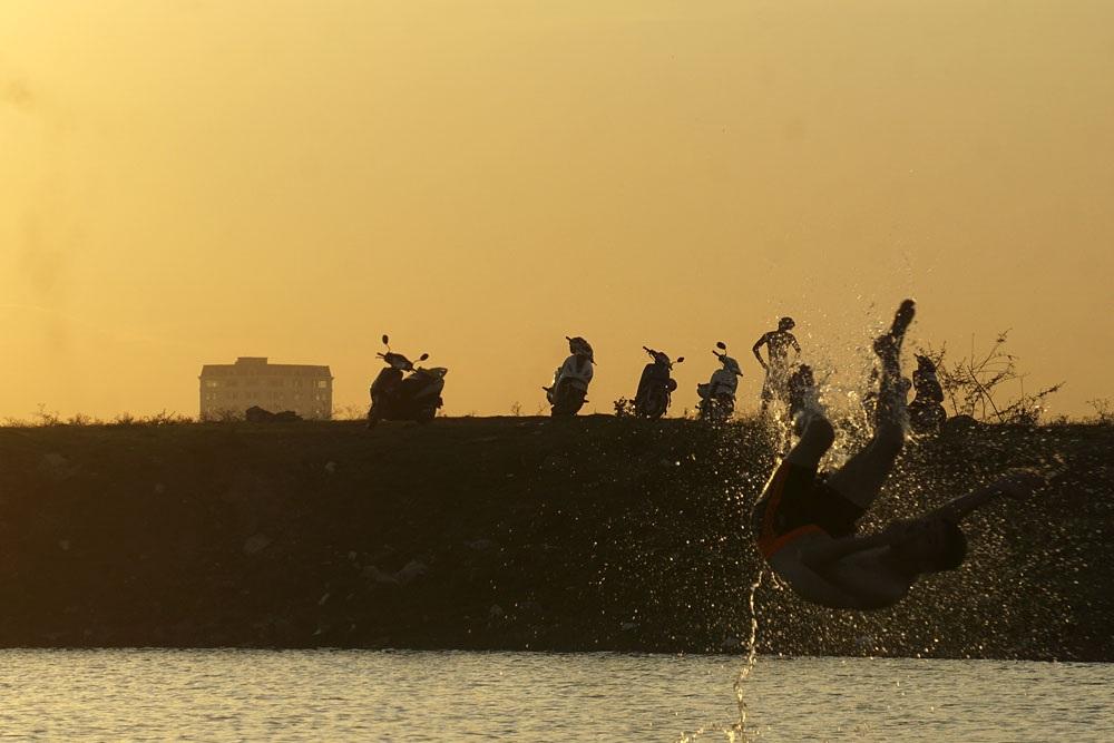 Người Hà Nội tắm bãi sông Hồng trong đỉnh điểm nắng nóng - 9