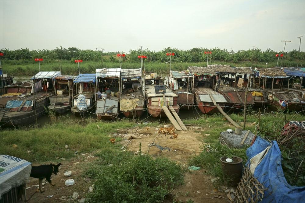 Tại phường Tứ Liên (Tây Hồ, Hà Nội), hàng chục chiếc thuyền là nơi ăn ở của những người buôn bán gốm sứ neo đậu dưới bãi sông Hồng. Nhiều năm nay họ phải dòng dây lấy điện từ trên bờ để sử dụng với giá cao, từ 4.000 - 5.000 đồng/kWh.