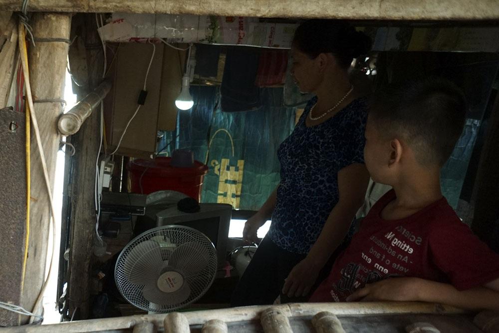 Bóng đèn led 9W không quá sáng nhưng cũng tạm ổn trong buổi tối và giúp giảm chi phí điện cho các hộ gia đình ở đây.