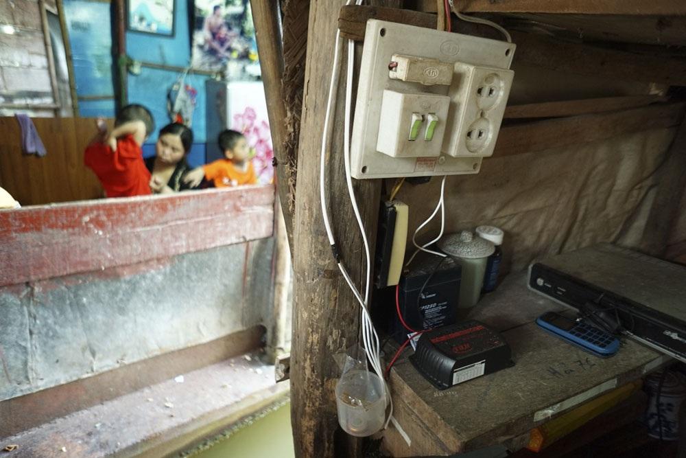 Chiếc ắc qui điện gió bên cạnh các thiết bị điện bên trong một chiếc thuyền.