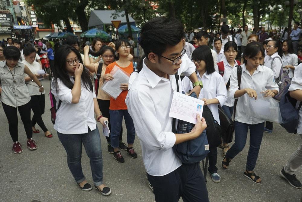 Các thí sinh xuất trình thẻ dự thi khi bắt đầu vào bên trong cổng trường.