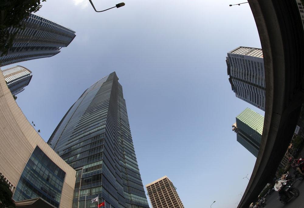 Các tòa nhà chọc trời và đường trên cao trên đường Phạm Văn Đồng.