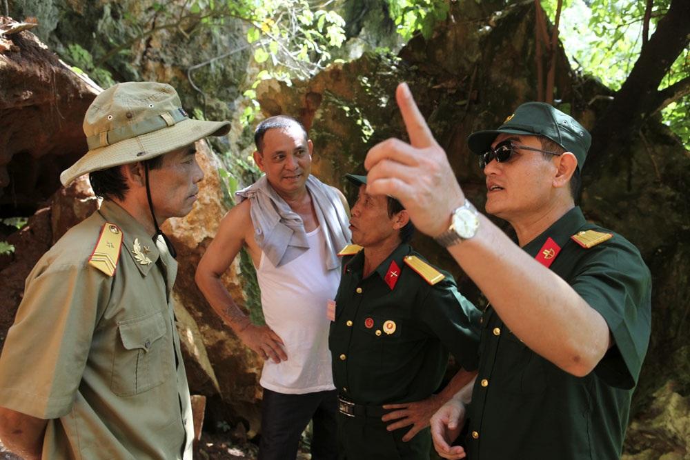 Cựu binh Nguyễn Quang Đạo (F356) và cựu binh Dương Đức Họa (E567) ôn lại ký ức chiến trận trong cuộc gặp tình cờ trước cửa hang Làng Lò khi trở về chiến trường xưa.