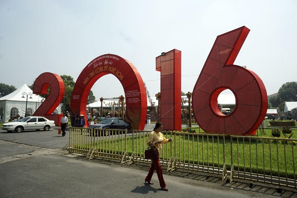 Triển lãm được khai mạc sáng 26/8 tại khu di tích Hoàng thành Thăng Long thu hút đông người dân và khách du lịch quốc tế đến thăm quan.