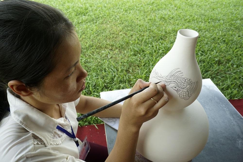 Trình diễn vẽ gốm của thợ thủ công làng nghề gốm cổ Bồ Bát, đơn vị cho biết làng nghề có truyền thống 3000 năm tại xã Yên Thành (huyện Yên Mô, Ninh Bình), khi xưa một số thợ gốm của làng đã di dời về Bát Tràng để lập nghiệp.