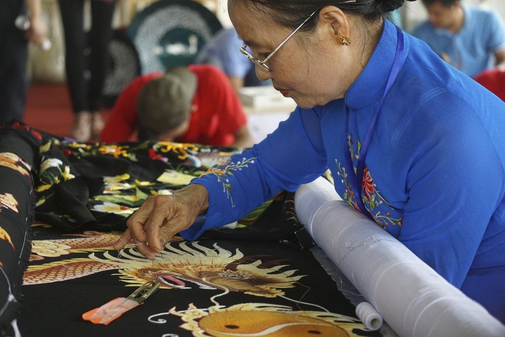 Thợ thủ công trình diễn thêu tay làng nghề xã Bình Minh (Nam Trực, Nam Định).