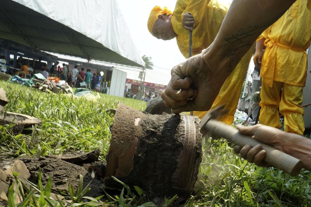 Màn trình diễn đúc trống đồng của các nghệ nhân làng nghề Thiệu Trung, Thiệu Hóa - Thanh Hóa. Họ cho biết việc làm khuôn mất 2 - 3 ngày và đổ đồng vào khuôn đúc chỉ trong vòng 20 phút.