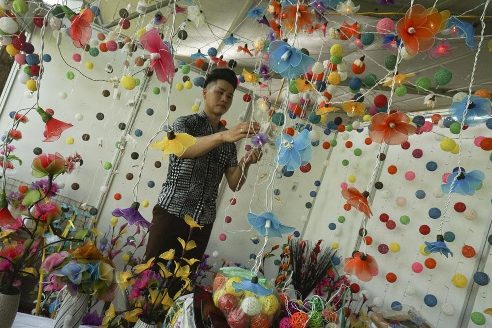 Gian hàng của các nghệ nhân làm hoa giả của Hà Nội.