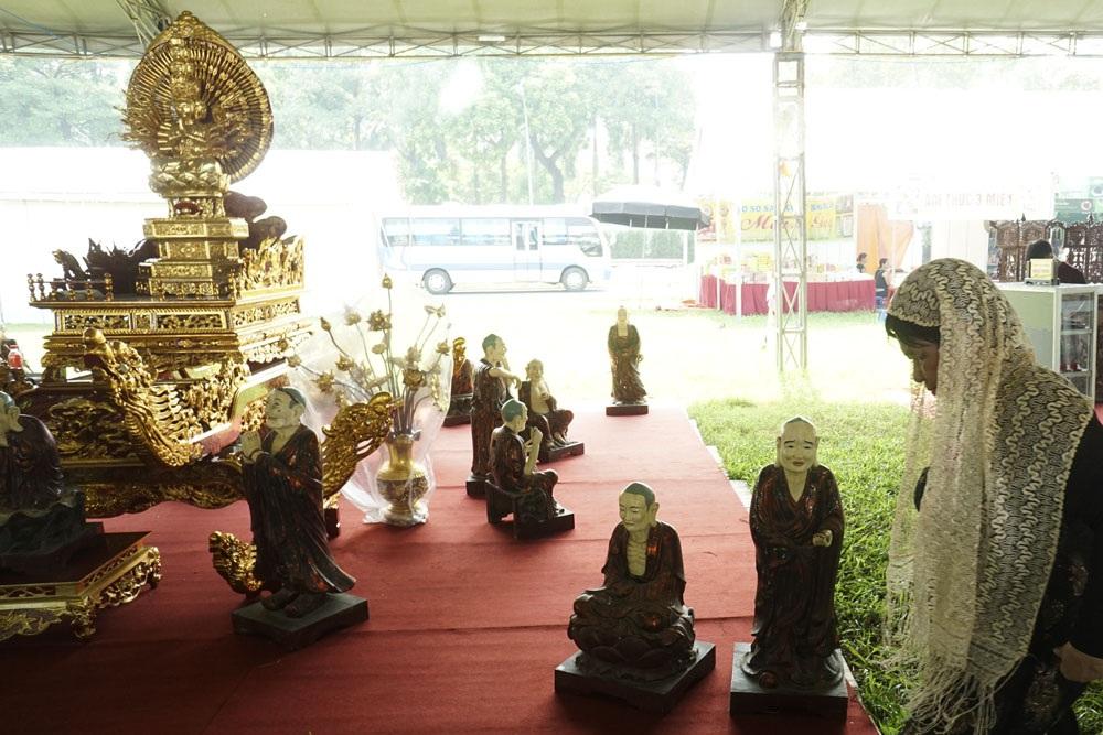 Kiệu bát cống bành và thập bát La Hán làm bằng gỗ mít của các nghệ nhân làng nghề xã Sơn Đồng (Hoài Đức, Hà Nội). Đây là làng nghề truyền thống chuyên làm đồ thờ và tượng Phật.