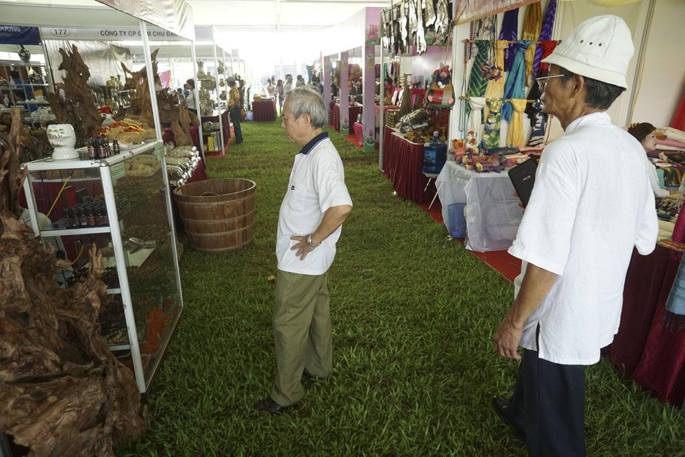 Các gian hàng được dựng tại sân lớn của khu di tích Hoàng thành Thăng Long.