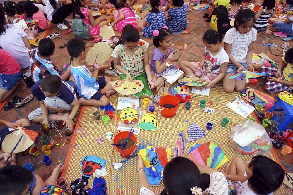 Trong một chương trình dành cho trẻ nhỏ mới khai mạc tại Văn Miếu - Quốc Tử Giám, hàng trăm em nhỏ được được tham gia vào hoạt động sáng tạo tự làm mặt nạ trên giấy bồi để chơi Tết Trung thu.