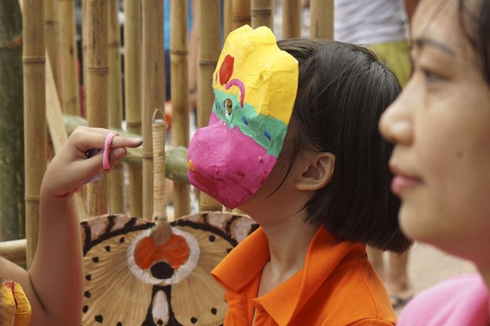 Hàng trăm em nhỏ tập làm mặt nạ giấy bồi chơi Tết Trung thu - 10