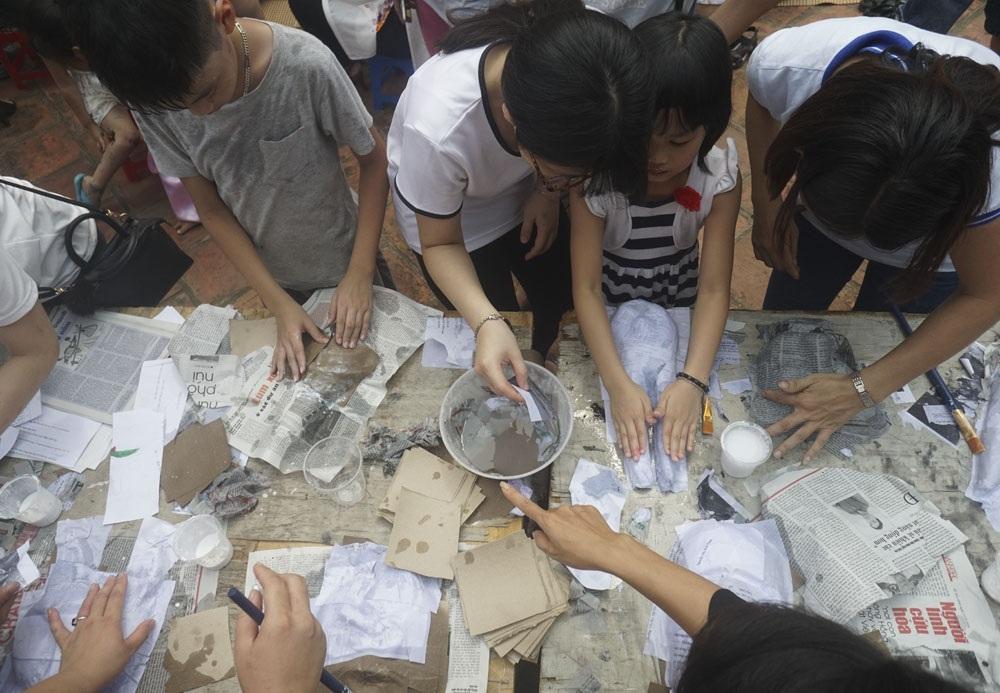Các em được tham gia đủ các công đoạn làm mặt nạ giấy, từ việc đầu tiên là bồi giấy tạo hình nổi cho mặt nạ.