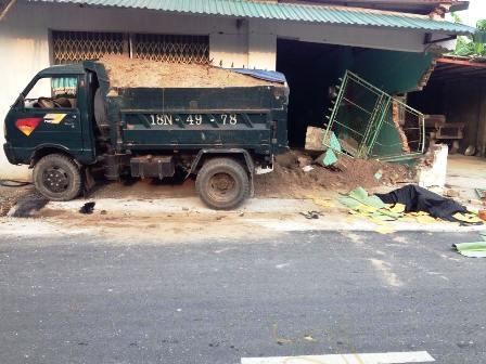 Sau khi gây tai nạn chết người, chiếc xe tải húc thủng tường nhà dân (ảnh V. Linh)