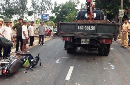 Cũng vào thời điểm trên, tại QL37 cũng xảy ra vụ tai nạn giữa xe tải và xe mô tô khiến 1 người nguy kịch (ảnh V. Linh)