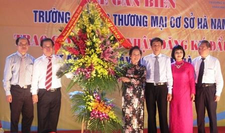 Phó Chủ tịch nước Nguyễn Thị Doan tặng lẵng hoa chúc mừng Trường ĐH Thương mại cơ sở Hà Nam.