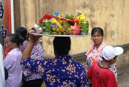 Người dân sắm lễ dâng lên Quốc công Tiết chế Hưng Đạo Đại Vương Trần Quốc Tuấn.