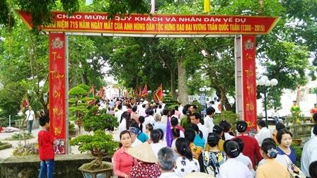 Ngay từ sáng sớm, hàng nghìn người dân và du khách thập phương đã đổ về đền Trần Thương