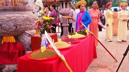 Lương thực trong ngày lễ gồm: đỗ đỏ, đỗ xanh, hạt đậu nành, ngô đỏ, thóc nếp cái hoa vàng.