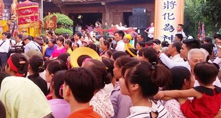 Người dân chen chúc nhau xem các hoạt động trong lễ hội