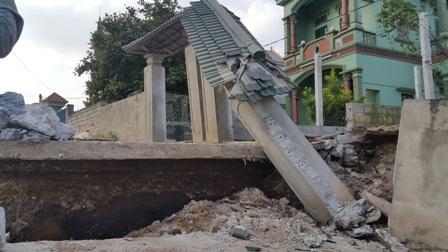 Cổng nhà dân đổ sập sau sụt lún