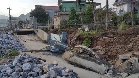 30m đường DHS đường dẫn từ cống lấy nước Nhâm Tràng ra QL1A bị đổ sập.