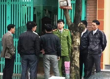 Trung tá Lê Đức Tùng (áo xanh) đang làm việc với đoàn công tác Bộ Công an