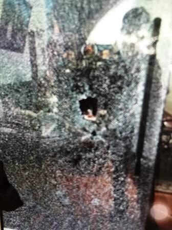 Chiếc cửa kính bị đạn bắn xuyên vỡ nát