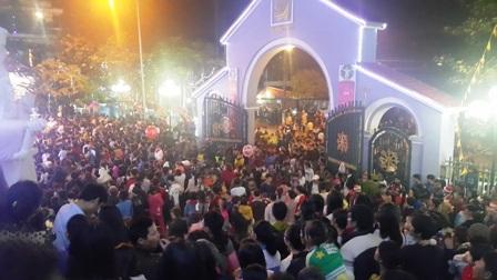 Càng về đêm, dòng người kéo về nhà thờ càng đông (ảnh Đức Văn)